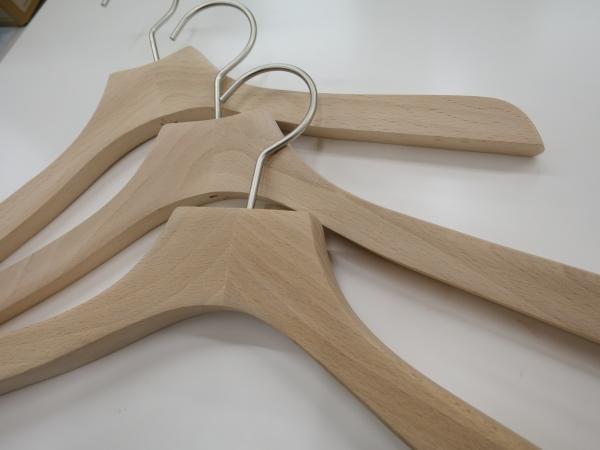 ナチュラル感のある無塗装仕上げの木製ハンガー
